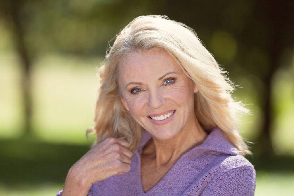 rencontrer femmes cougars matures blonde souriante mure