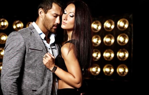 echangisme photo mode bel homme elegant costume belle femme sexy posant fond lumieres studio noir