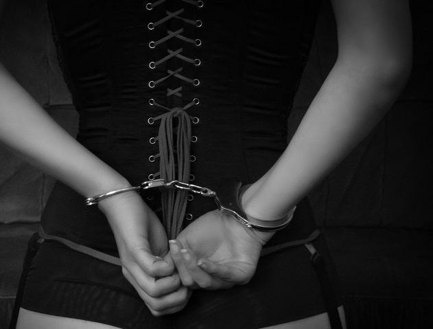 rencontre sadomasochiste femme menottes corset ongles manucure