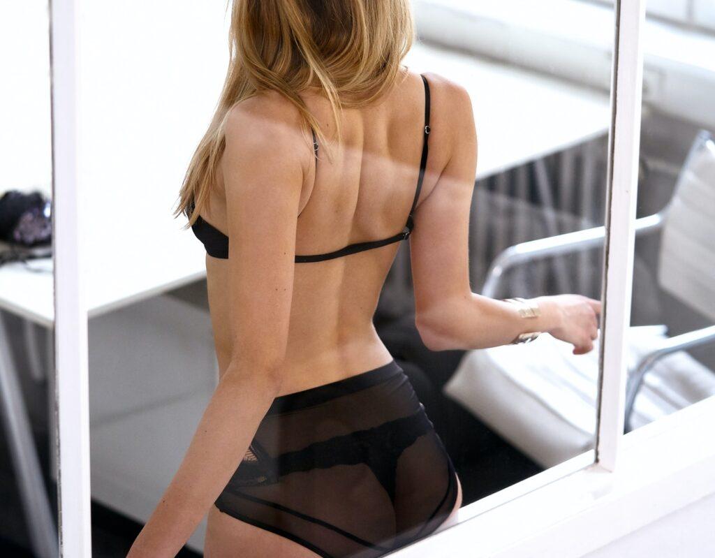 rencontre libertine france femme sexy blonde string noir bureau de dos
