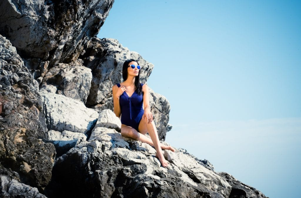 rencontre libertine france femme sexy rochers mer plage scaled