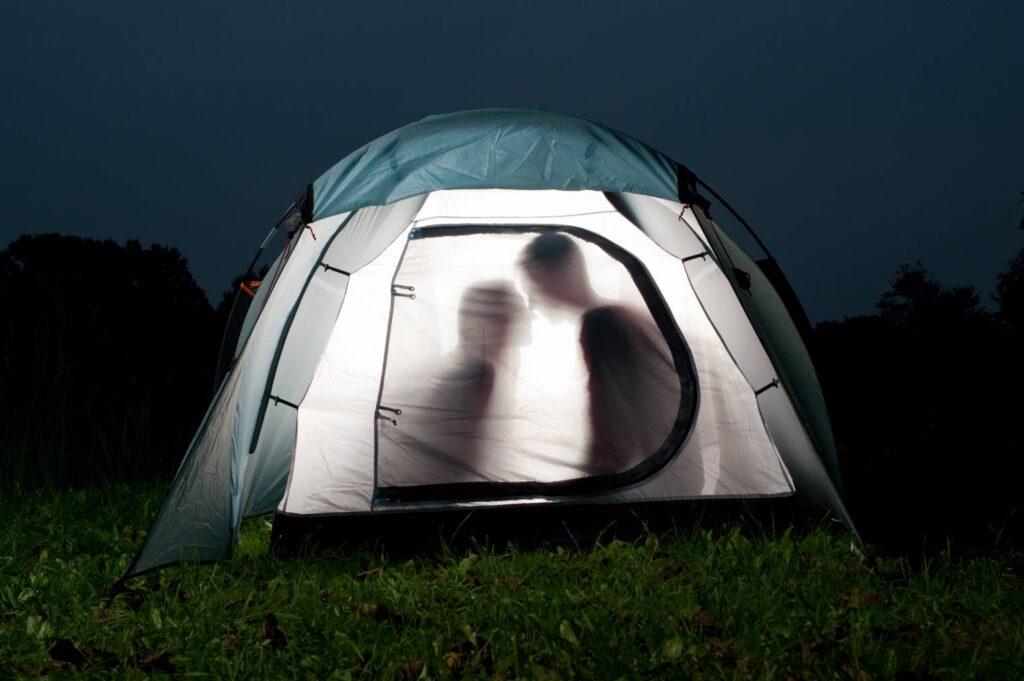 couple dans une tente en pleine nature avec ombre chinoise