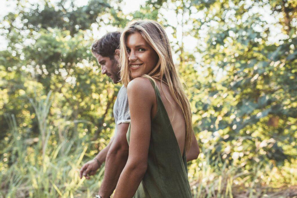 joli couple drague en pleine nature